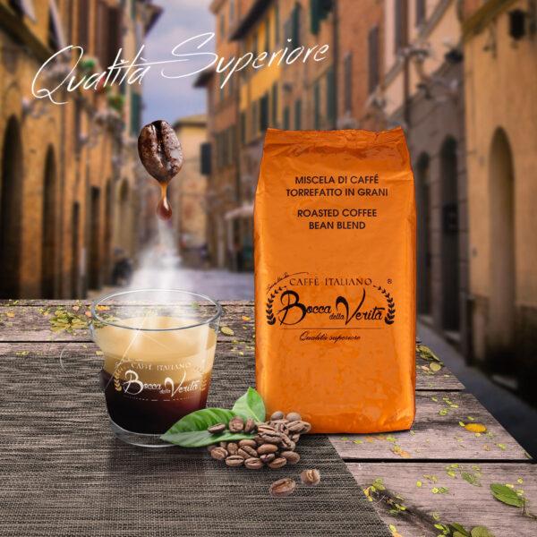 calle italiana con mesa y café de calidad superior de Bocca della verita
